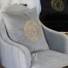 Dekoratives graues Samtkissen mit goldenem logo Medusa