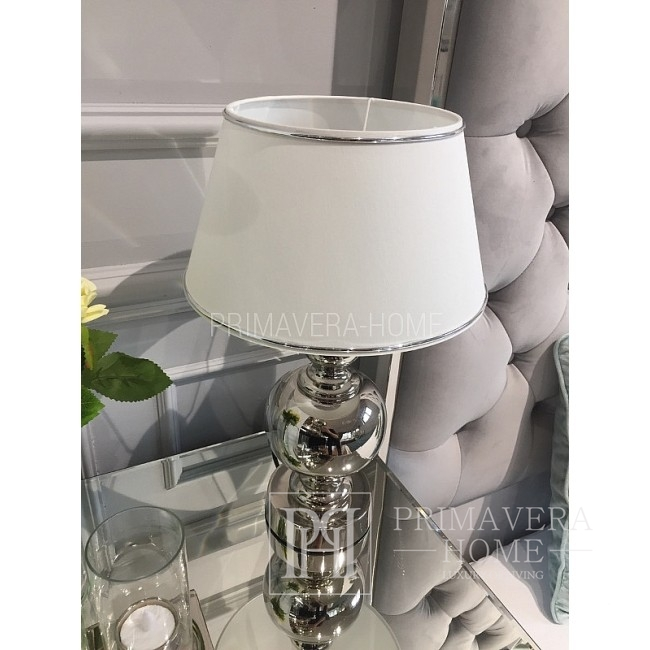 Weißer Lampenschirm mit Silberner Verzierung
